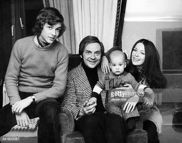 Juhnke Harald *Schauspieler Entertainer D mit Ehefrau Susanne Hsiao und den Soehnen Peer und OliverMarlon undatiert