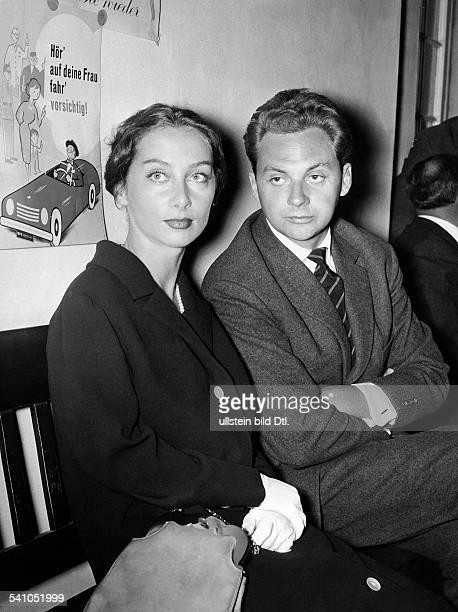 Juhnke Harald *Schauspieler Entertainer D mit seiner ersten Ehefrau Sybill Werden vor Gericht 1959