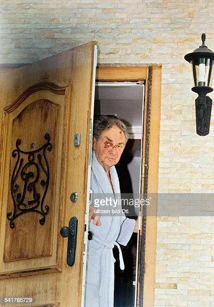 Juhnke Harald *Schauspieler Entertainer D oeffnet die Tuer seines Hauses in Berlin hat Verletzungen im Gesicht August 1997NURFÜRREDAKTIONEELENUTZUNG