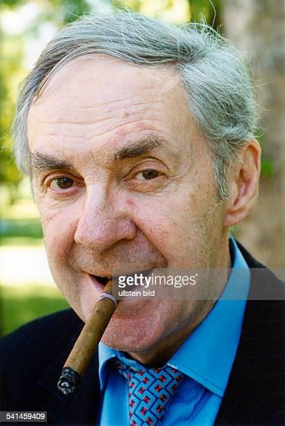 Juhnke Harald *Schauspieler Entertainer D Portrait mit Zigarre 1999