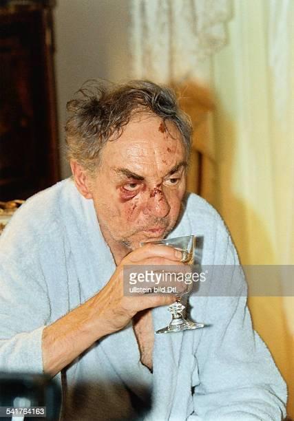 Juhnke Harald *Schauspieler Entertainer D sitzt in seinem Haus und trinkt ein Glas Wein hat nach einem Sturz Verletzungen im Gesicht August...
