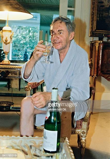Juhnke Harald *Schauspieler Entertainer D sitzt in seinem Haus und trinkt ein Glas Wein hat Verletzungen im Gesicht August 1997