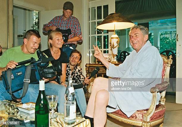 Juhnke Harald *Schauspieler Entertainer D sitzt mit Journalisten und Kameraleuten in seiner Wohnung und gibt ein Interview hat nach einem Sturz...