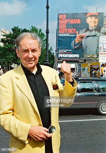 Juhnke Harald *Schauspieler Entertainer D steht vor einem Plakat auf dem 'Der Hauptmann von Koepenick' angekuendigt wird August 1997