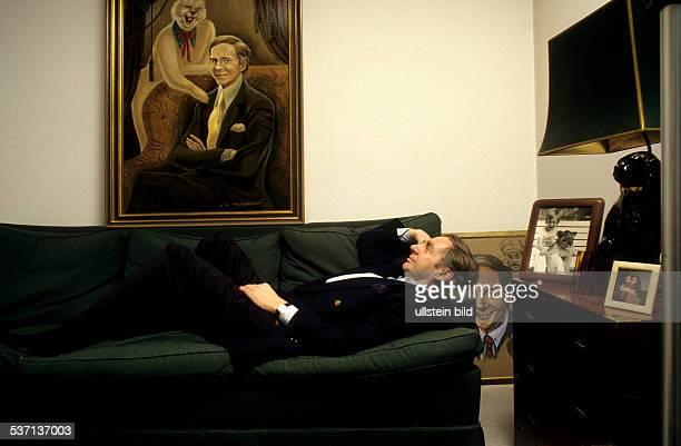 Juhnke Harald Schauspieler Entertainer D liegt auf dem Sofa in seinem Wohnzimmer in seinem Haus in Berlin 1988