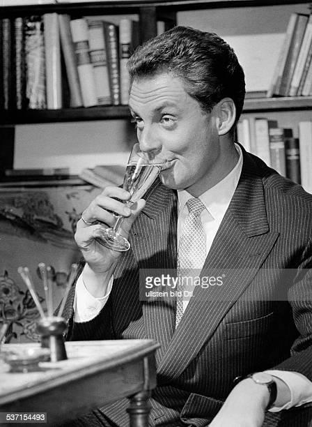 Juhnke Harald Schauspieler Entertainer D trinkt ein Glas Sekt 1956
