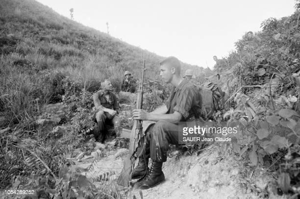 VIETNAM 18 juillet 1965 Les Marines US lors d'une opération l'attaque du village de LIMY Ici des soldats américains armés en pause assis dans la...