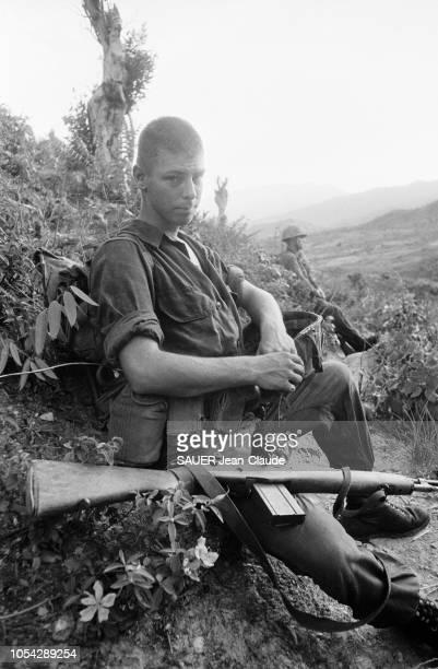 VIETNAM 18 juillet 1965 Les Marines US lors d'une opération l'attaque du village de LIMY Ici un soldat américain et son arme en pause assis dans la...