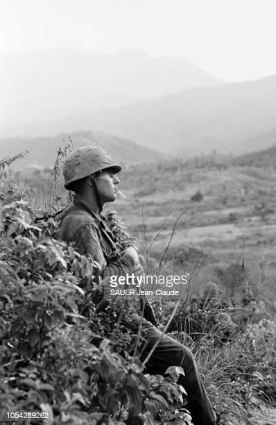 VIETNAM 18 juillet 1965 Les Marines US lors d'une opération l'attaque du village de LIMY Ici un soldat américain armé et fumant une cigarette en...