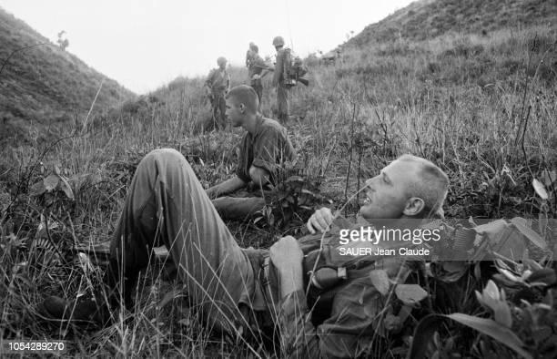 VIETNAM 18 juillet 1965 Les Marines US lors d'une opération l'attaque du village de LIMY Ici des soldats américains en pause dans la montagne...