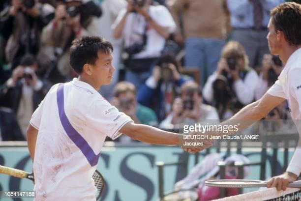 PARIS 5 juin 1989 Les Internationaux de France de tennis de RolandGarros l'américain Michael CHANG vainqueur du match de huitième de finale serrant...