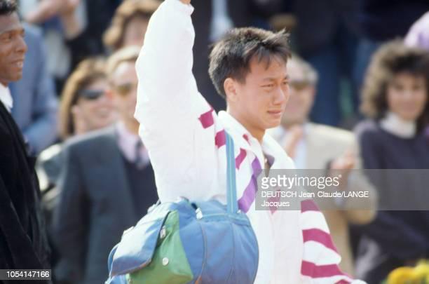 PARIS 5 juin 1989 Les Internationaux de France de tennis de RolandGarros l'américain Michael CHANG saluant le public en larmes après sa victoire...