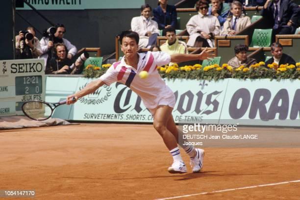 PARIS 5 juin 1989 Les Internationaux de France de tennis de RolandGarros l'américain Michael CHANG s'apprêtant à frapper un coup droit lors du match...