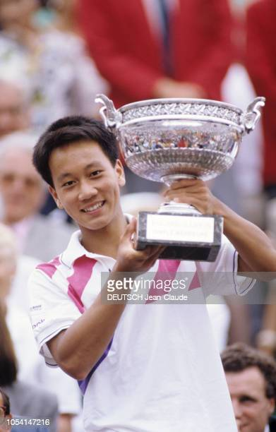 PARIS 11 juin 1989 Les Internationaux de France de tennis de RolandGarros plan de face souriant de Michael CHANG brandissant le trophée la coupe des...