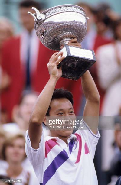PARIS 11 juin 1989 Les Internationaux de France de tennis de RolandGarros plan de troisquarts souriant de Michael CHANG levant le trophée la coupe...