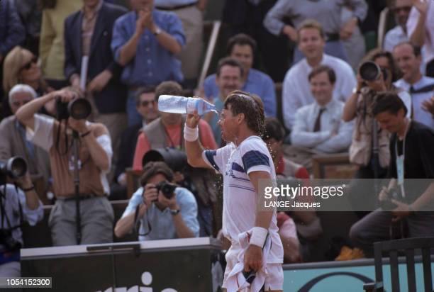 PARIS juin 1991 Les Internationaux de France de tennis de RolandGarros plan de profil de Jimmy CONNORS se versant de l'eau sur le visage lors d'un...
