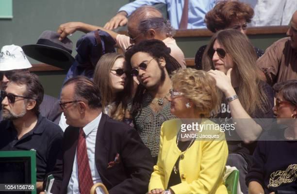 PARIS juin 1992 Les Internationaux de France de tennis de RolandGarros Vanessa PARADIS se penchant pour parler à l'oreille de son compagnon le...