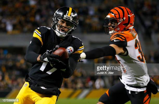 JuJu SmithSchuster of the Pittsburgh Steelers reaches into the end zone for a 11 yard touchdown reception as Jessie Bates of the Cincinnati Bengals...