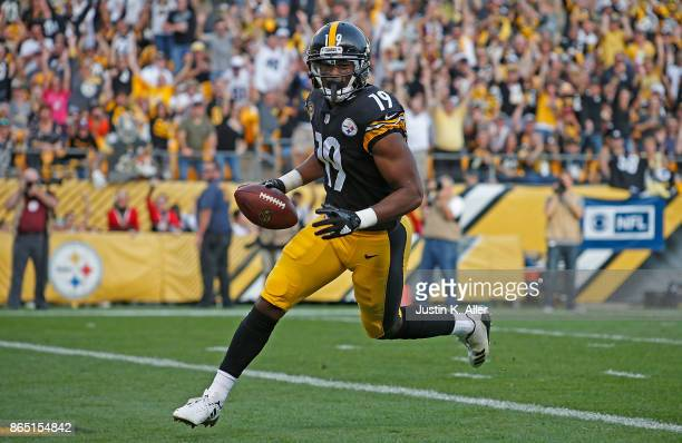 JuJu SmithSchuster of the Pittsburgh Steelers runs into the end zone for a 31 yard touchdown reception in the second quarter during the game against...