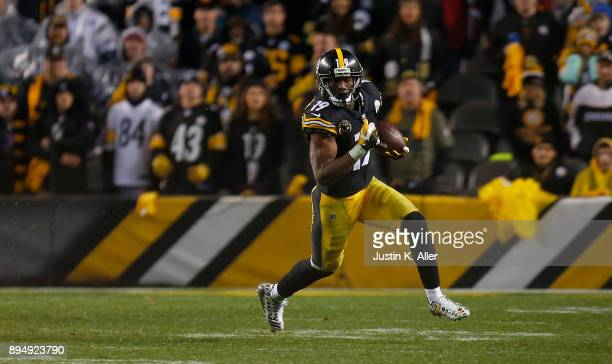 JuJu SmithSchuster of the Pittsburgh Steelers runs upfield after a catch in the fourth quarter during the game against the New England Patriots at...