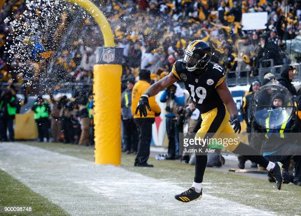 JuJu SmithSchuster of the Pittsburgh Steelers throws a snowball after a 20 yard touchdown reception in the second quarter during the game against the...