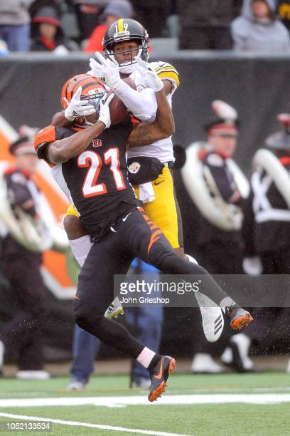 JuJu SmithSchuster of the Pittsburgh Steelers wrestles the ball away from Darqueze Dennard of the Cincinnati Bengals for a catch during the second...