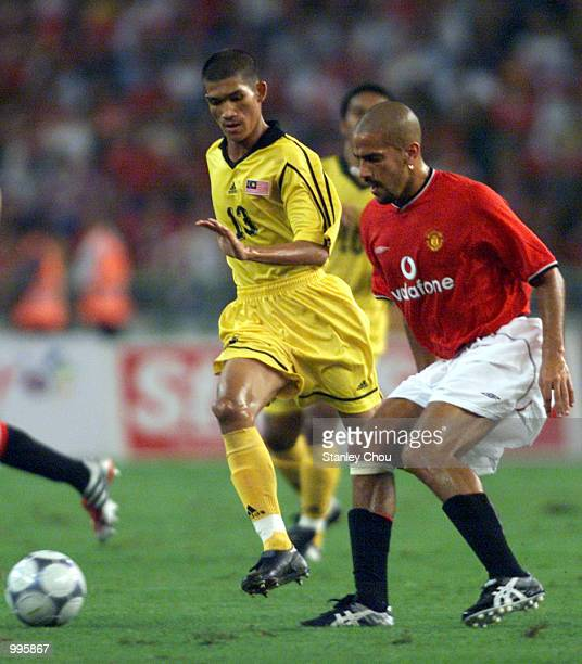 Juan Sebastian Veron of Manchester United shields the ball away from Indra Putra Mahayuddin of Malaysia during the friendly match between Manchester...
