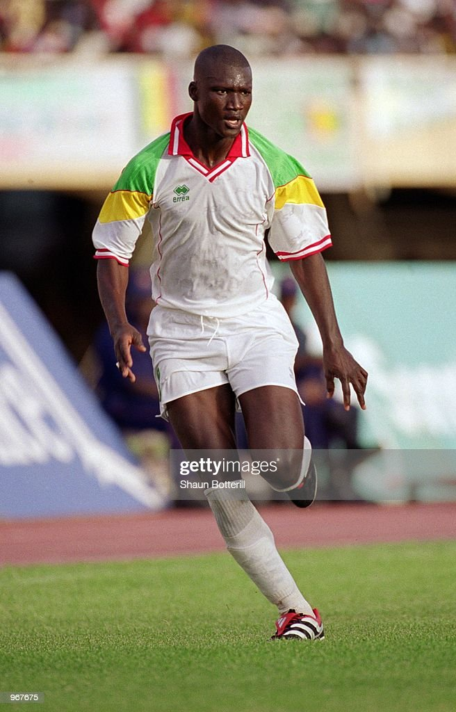 Papa Bouba Diop of Senegal in action during the FIFA 2002 World Cup...  Photo d'actualité - Getty Images