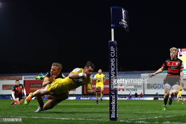 Jules Favre of La Rochelle scores their sides second try whilst under pressure from Chris Harris of Gloucester during the Heineken Champions Cup...