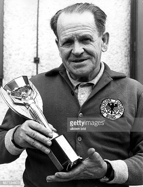 Jules Rimet,Jules Rimet,Sepp Herberger,Josef Sepp Herberger , Sportler, Trainer Fussball D, - hält die Nachbildung des, Jules-Rimet-Pokal in der...