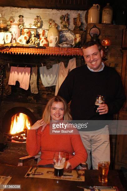 Julia Biedermann Ehemann Matthias Steffens Johnnie FoxÏs Pub The Dublin Mountains Glencullen Co Dublin Irland Irish Pub Guinness Bier Alkohol Kamin...