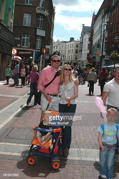 Julia Biedermann Ehemann Matthias Steffens Sohn Julius Matthias Steffens Einkaufsstrasse Grafton Street Dublin Irland Photo by Peter Bischoff/Getty...
