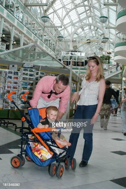 Julia Biedermann Ehemann Matthias Steffens Sohn Julius Matthias Steffens Shoppingcenter Stevensgreen Dublin Irland Photo by Peter Bischoff/Getty...