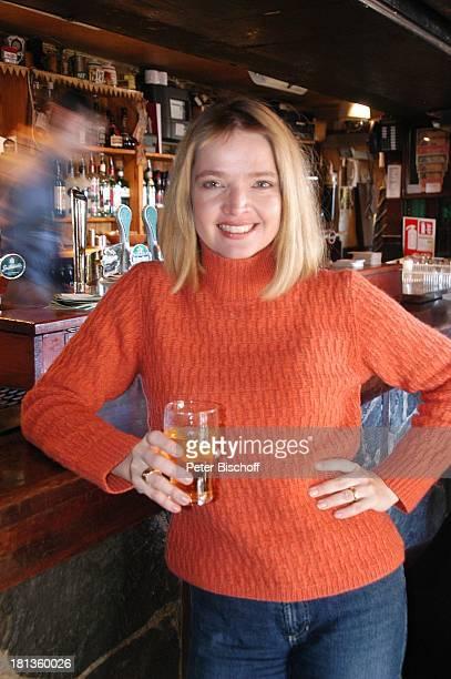 Julia Biedermann Johnnie FoxÏs Pub The Dublin Mountains Glencullen Co Dublin Irland Irish Pub Getränk Schauspielerin