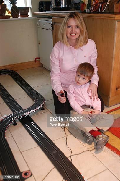 Julia Biedermann mit Sohn Julius Matthias Homestory bei Dublin Irland Europa Küche CarreraBahn spielen Kleinkind Kind Mutter Schauspielerin
