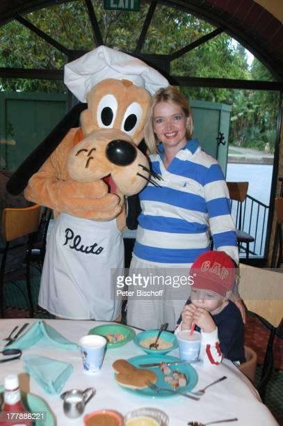 Julia Biedermann Sohn Julius DisneyMitarbeiter verkleidet als DisneyFigur Pluto Frühstück im Character Dining Restaurant GoofyÏs Kitchen Ausflug ins...