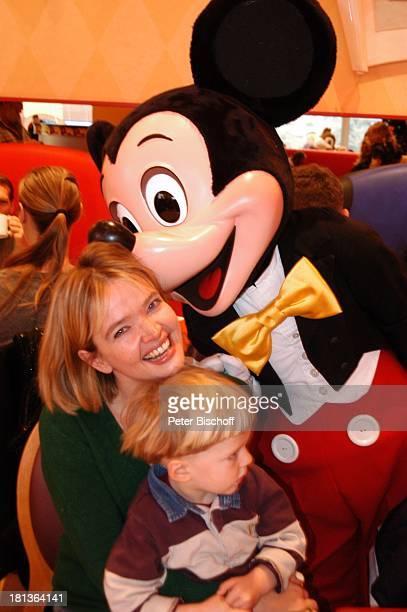 Julia Biedermann Sohn Julius Matthias Steffens Disneyfigur 'Mickey Maus' Frühstück in 'Mickeys Cafe' Eröffnung der Weihnachtssaison 'Disney Village'...