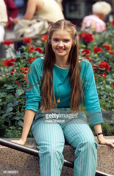 Julia Biedermann Stadtbummel Berlin Deutschland Europa rote Rosen Rosenbeet Teenager Jugendfoto Schauspielerin