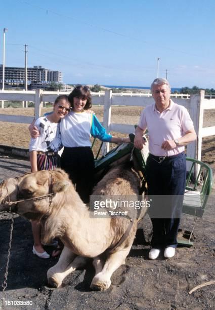 Julia Biedermann Thekla Carola Wied Peter Weck ZDFFamilienSerie 'Ich heirate eine Familie' Gran Canaria/Spanien 27121985 Kamel Tier Sattel...