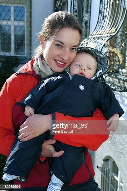 Julia Dahmen Sohn Joshua Dahmenbei Dreharbeiten zu SAT1Serie DerBulle von Tölz Folge BullenkurBernried Kleinkind Baby Mutter