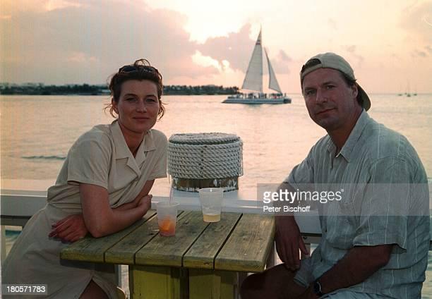 """Julia Heinemann, Ralf Lindermann,;Privatausflug, Key West/Florida/USA,;Strandbar, Drink, Getränk, während;Dreharbeiten zur ZDF-Serie """"Unser..."""