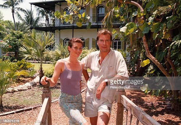 """Julia Heinemann, Ralf Lindermann,;Privatausflug, Key West/Florida/USA,;""""Ernest Hemingway-Haus"""", Garten, während;Dreharbeiten zur ZDF-Serie """"Unser..."""