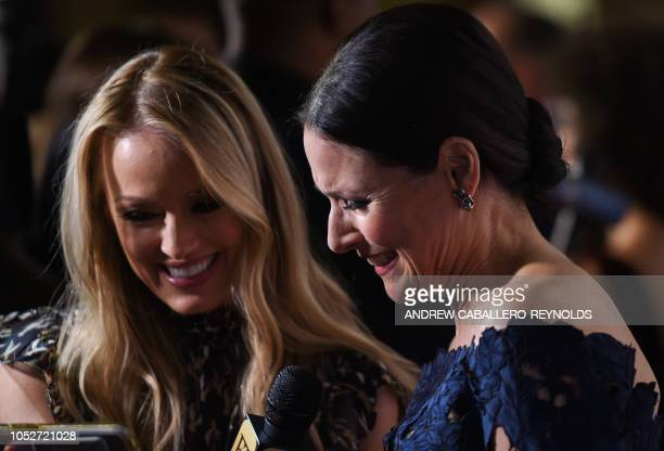 Julia LouisDreyfus speaks with ET reporter Brooke Anderson on the red carpet for the 21st Annual Mark Twain Prize for American Humor at the Kennedy...