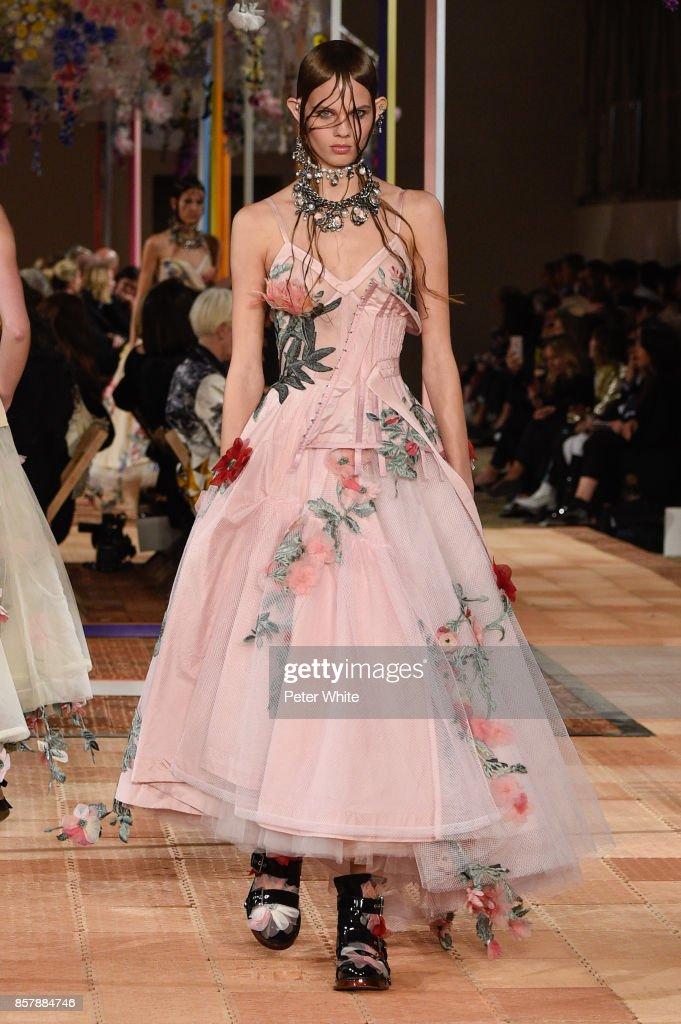 Alexander McQueen : Runway - Paris Fashion Week Womenswear Spring/Summer 2018 : ニュース写真