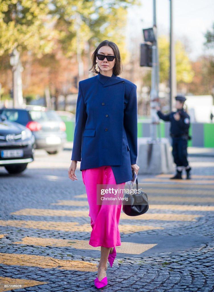 Street Style : Paris Fashion Week Womenswear Spring/Summer 2018 : Day Eight : Photo d'actualité