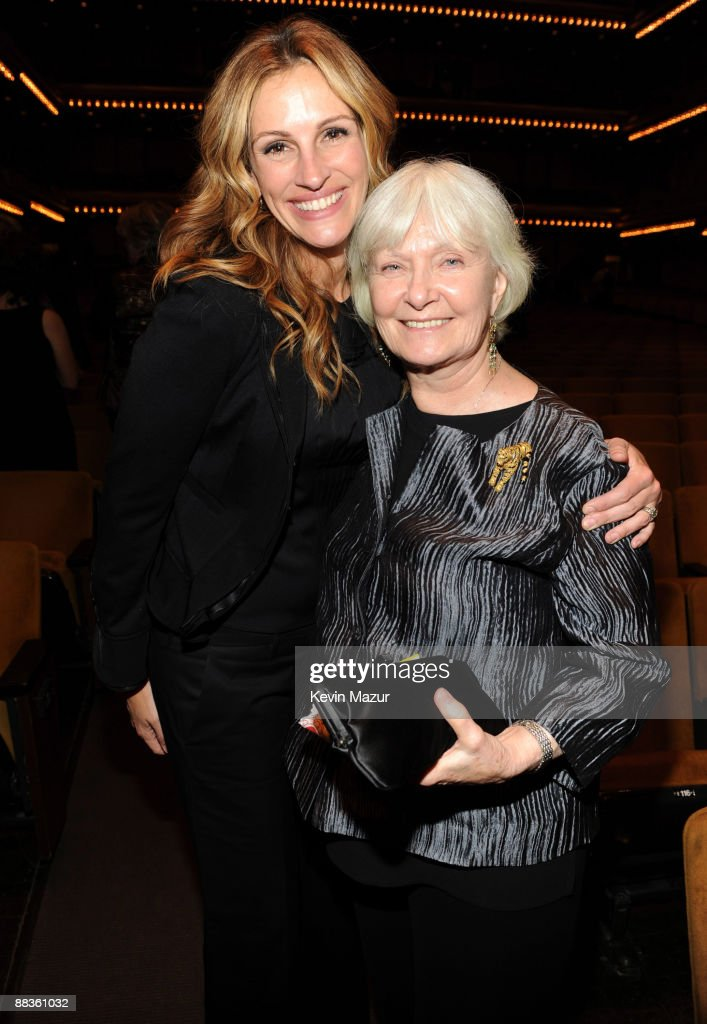 *EXCLUSIVE* Julia Roberts and Joanne Woodward backstage during a celebration of Paul Newman's Hole in the Wall camps at Avery Fisher Hall at Lincoln Center for the Performing Arts on June 8, 2009 in New York City.