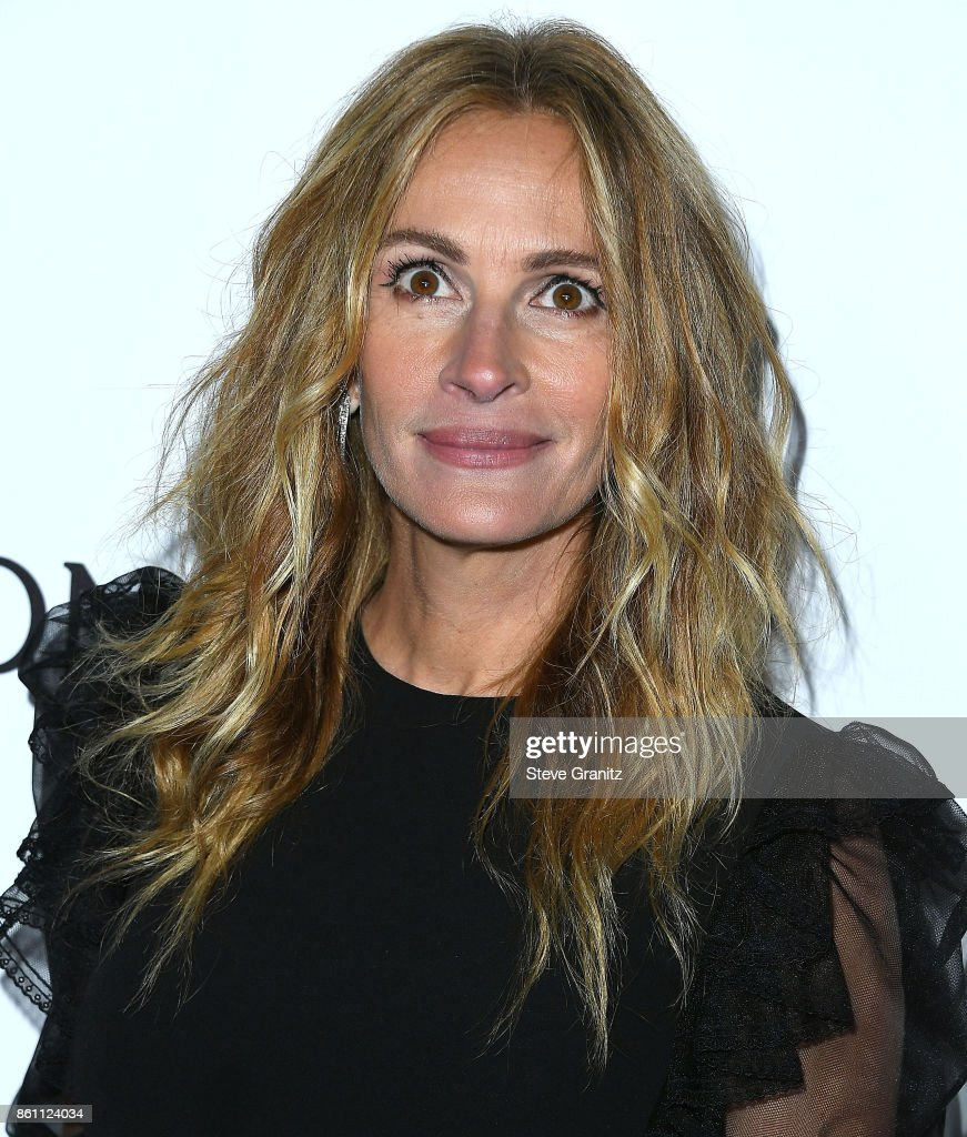 Julia Roberts arrives at the amfAR Los Angeles 2017 at Ron Burkleâs Green Acres Estate on October 13, 2017 in Beverly Hills, Californi