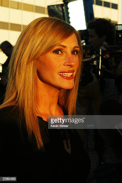 Julia Roberts arrives at the premiere of Full Frontal at the Landmark Cecchi Gori Fine Arts Theater in Los Angeles CA on Tuesday July 23 2002 Photo...