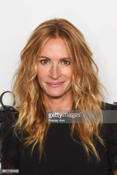 Julia Roberts attends amfAR Los Angeles 2017 Arrivals at Ron Burkleâs Green Acres Estate on October 13 2017 in Beverly Hills Californi