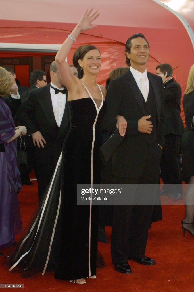 Julia Roberts & Benjamin Bratt attending the 73rd Academy Awards in Los Angeles 02/25/01 : News Photo